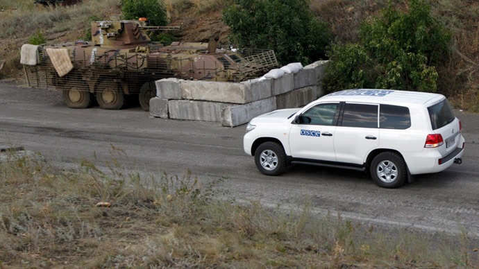 A car of the Organization for Security and Cooperation in Europe (OSCE) is seen at a checkpoint controlled by the Ukrainian army near the town of Debaltseve, Donetsk Region August 6, 2014.(Reuters / Valentyn Ogirenko)