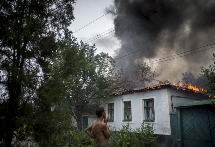 A burning residential house after an artillery bombardment of the city.(RIA Novosti / Valeriy Melnikov)