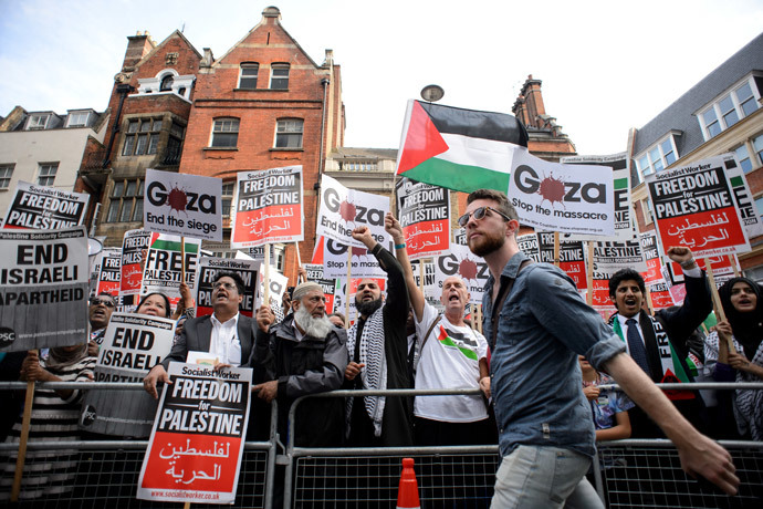 Demonstrators gather near the Israeli embassy in central London on August 1 to protest against Israel's military offensive in Gaza.(AFP Photo / Leon Neal)