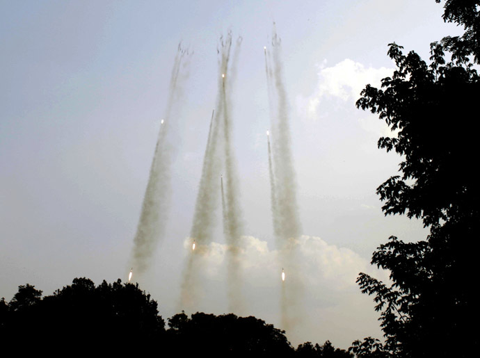 Rockets shoot off from a Ukrainian Grad multiple rocket launcher towards the position of anti-Kiev militants in Donetsk region on August 7, 2014. (AFP Photo/Anatolii Stepanov)
