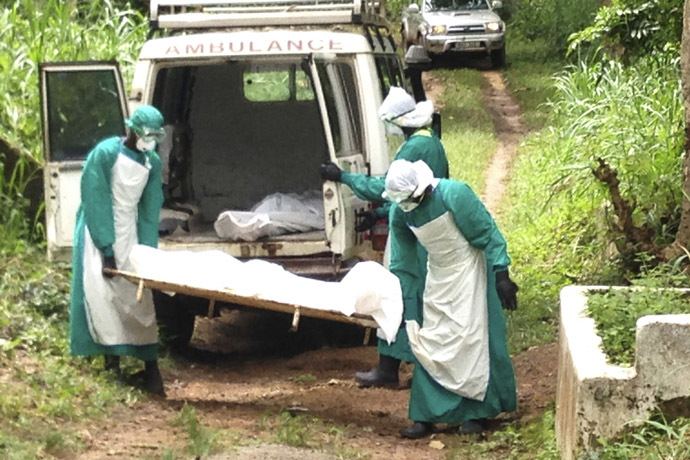 Health workers carry the body of an Ebola virus victim in Kenema, Sierra Leone, June 25, 2014. (Reuters/Umaru Fofana)