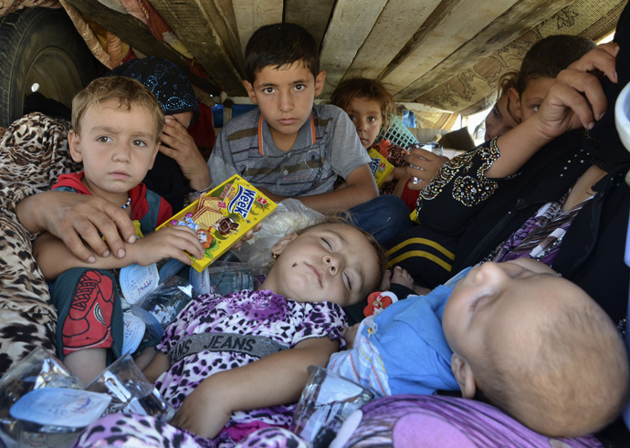 Displaced people, who fled from the violence in the province of Nineveh, arrive at Sulaimaniya province (Reuters / Stringer)