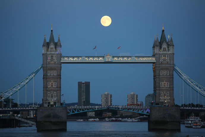 A supermoon rises over Tower Bridge in London August 10, 2014 (Reuters / Paul Hackett)