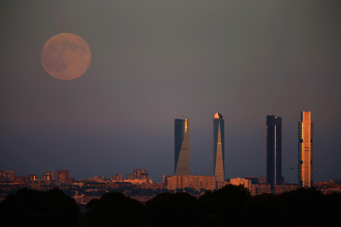The Supermoon rises over the Four Towers Business Area in Madrid August 10, 2014 (Reuters / Sergio Perez)