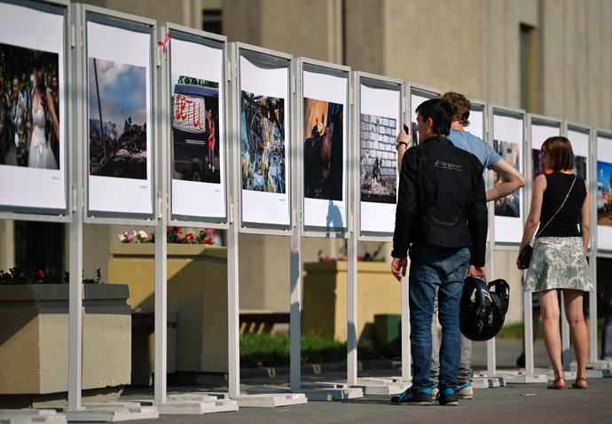 Visitors at the open-air exhibition of Andrey Stenin's wartime photography (RIA Novosti/Vladimir Astapkovich)