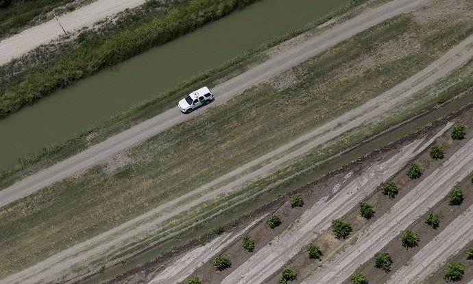 A Customs and Border Protection vehicle patrols near the Rio Grande along the US-Mexico border near Mission, Texas July 24, 2014. (Reuters/Eric Gay/Pool)