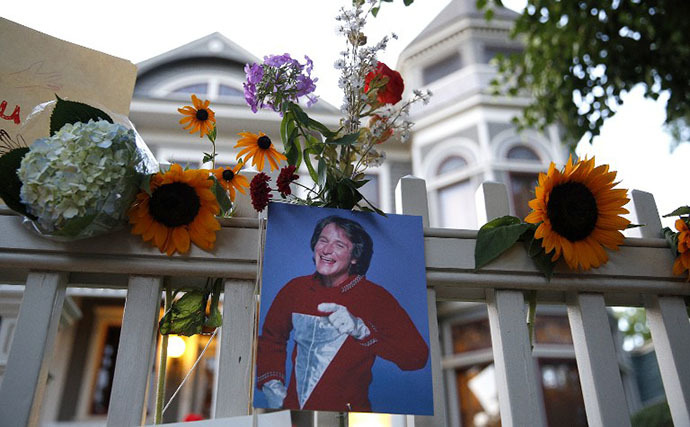 A makeshift memorial for Robin Williams is set up in front of a home on August 11, 2014 in Boulder, Colorado. (AFP Photo / Getty Images / Marc Piscotty)