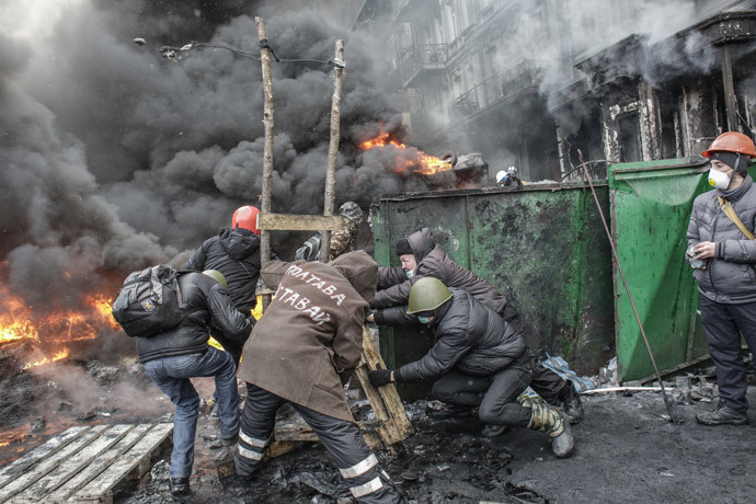 Rioters clash with law enforcement personnel on Hrushevskogo Street in Kiev. (RIA Novosti / Andrey Stenin)