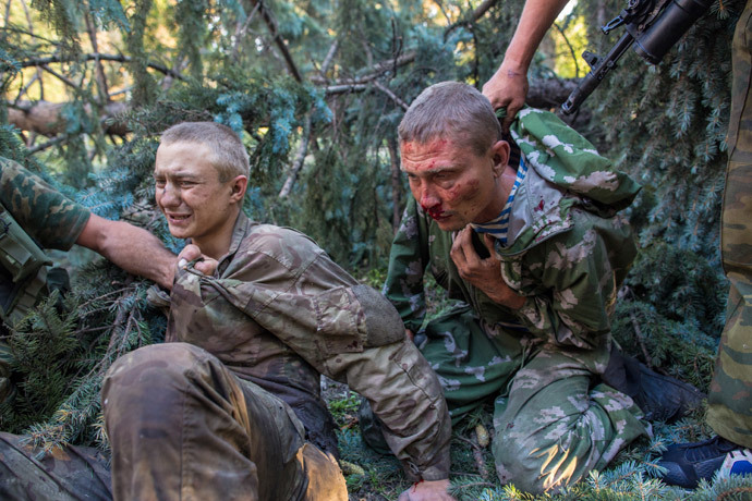 Ukrainian soldiers captured in the fight for the town of Shakhtarsk outside Donetsk on July, 31, 2014 (RIA Novosti / Andrey Stenin)