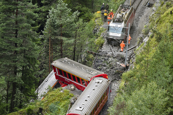 Rescuers work near a train after it was derailed by a landslide near Tiefencastel, in a mountainous part of eastern Switzerland, on August 13, 1014. (AFP Photo)