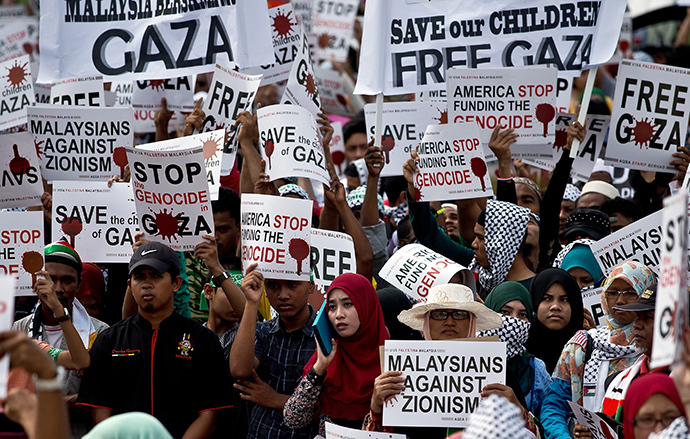 Malaysian activists hold placards during a protest at Independence Square in Kuala Lumpur on August 2, 2014 calling for an end to Israel's military offensive in the Gaza Strip. (AFP Photo / Manan Vatsyayana)