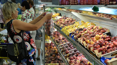 A customer at the fruit counter in the Lenta hypermarket in Novosibirsk. (RIA Novosti / Alexandr Kryazhev)