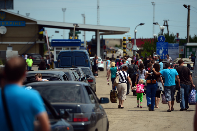Refugees at the Izvarino checkpoint in the Lugansk Region. (RIA Novosti / Valeriy Melnikov)