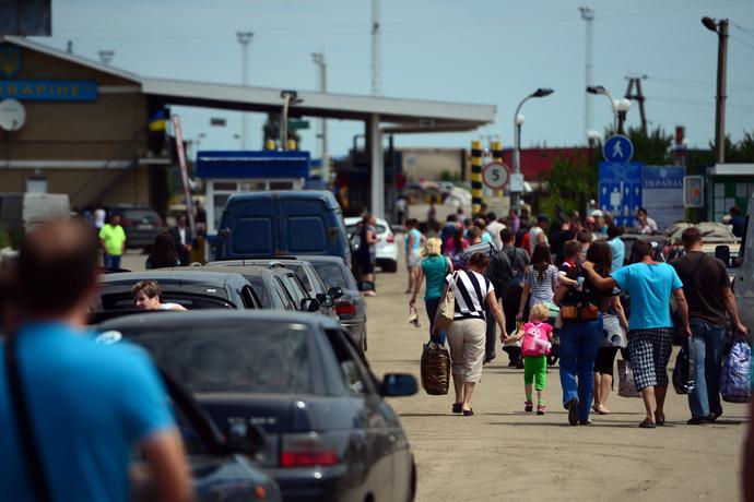 Refugees at the Izvarino checkpoint in the Lugansk Region. (RIA Novosti / Valeriy Melnikov)