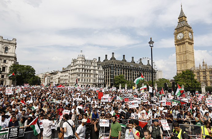 Demonstrators gather outside the Houses of Parliament after marching from outside the Israeli embassy in central London on July 26, 2014, calling for an end to violence in Gaza. (AFP Photo / Justin Tallis)
