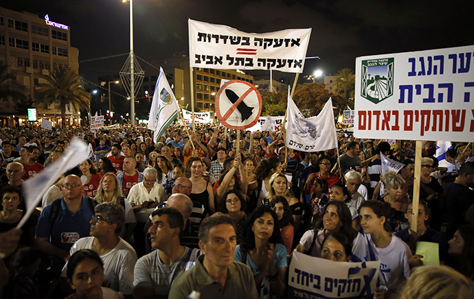 Israelis gather during a protest calling on the government and the army to end Palestinian rocket attacks from Gaza once and for all, in the Mediterranean city of Tel Aviv on August 14, 2014. (AFP Photo / Gali Tibbon)