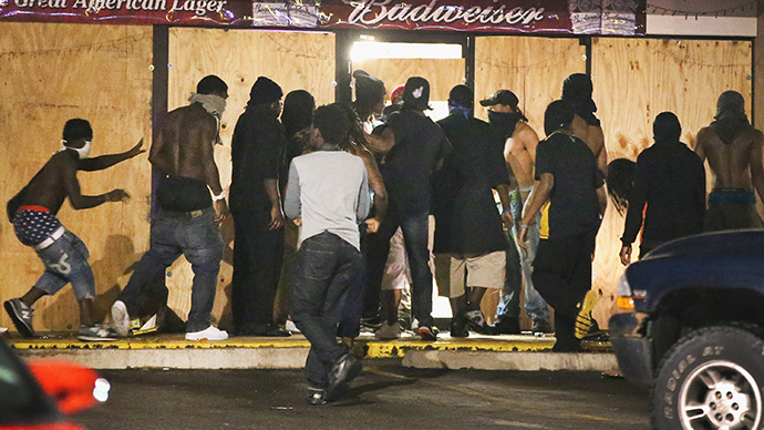 People loot the Ferguson Market and Liquor store on August 16, 2014 in Ferguson, Missouri (AFP Photo / Scott Olson)
