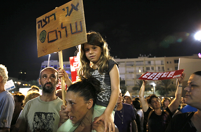 "A young girl holds a placard reading in Hebrew: ""I want peace"" as thousands of Israelis protest during a left-wing peace rally in the coastal city of Tel Aviv calling for the Israeli government to negotiate with the Palestinian Authority on August 16, 2014. (AFP Photo / Gali Tibbon)"