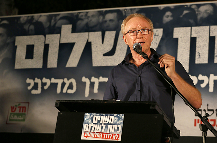 Israeli author David Grossman speaks as thousands of Israelis protest during a left-wing peace rally in the coastal city of Tel Aviv calling for the Israeli government to negotiate with the Palestinian Authority on August 16, 2014. (AFP Photo / Gali Tibbon)