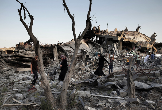 Palestinians walk in the rubble of destroyed houses in Gaza City's Shejaiya neighbourhood on August 17, 2014. (AFP Photo / Thomas Coex)