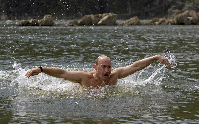 Vladimir Putin swims in a lake in southern Siberia's Tuva region (Reuters / RIA Novosti / Alexei Druzhinin)