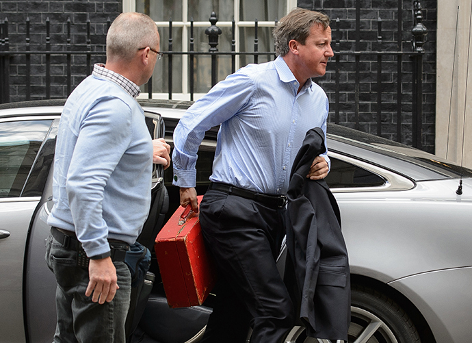 British Prime Minister David Cameron arrives back in Downing Street, central London on August 20, 2014 (Reuters / Leon Neal)