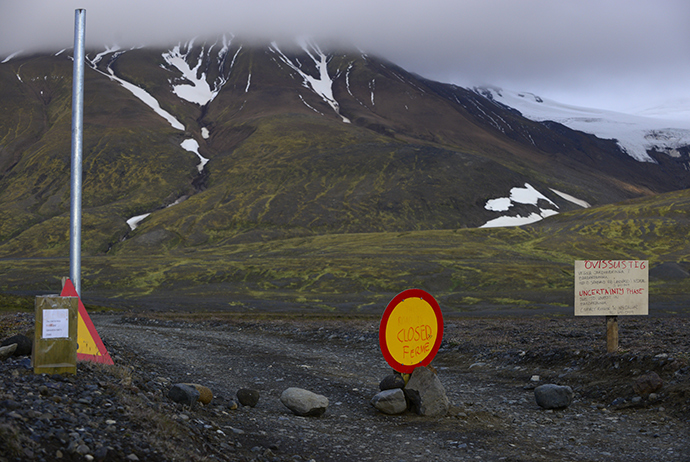 Warning signs block the road to Bardarbunga volcano, some 20 kilometres (12.5 miles) away, in the north-west region of the Vatnajokull glacier August 19, 2014 (Reuters / Sigtryggur Johannsson)