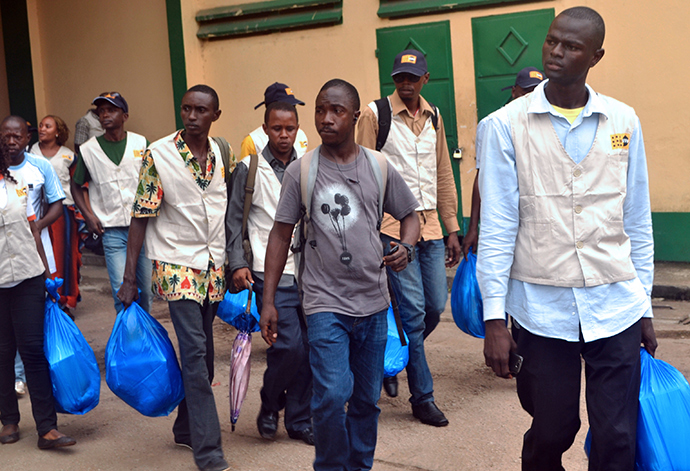 A group of Guinean sanitation control agents, made up of servicemen and health personnel requisitioned by the Guinean government, prepare to leave on August 20, 2014 in Conakry, as reinforcements in the provinces infected by Ebola (AFP Photo / Cellou Binani)
