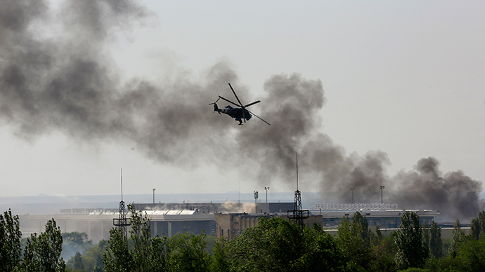 A Ukrainian helicopter Mi-24 gunship fires its cannons against rebels at the main terminal building of Donetsk international airport May 26, 2014 (Reuters / Yannis Behrakis)