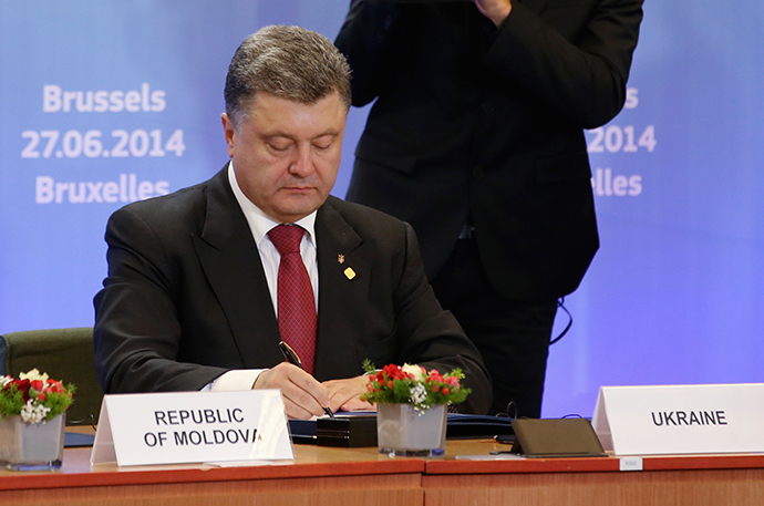 Ukraine's President Petro Poroshenko signs the cooperation agreement at the EU Council in Brussels June 27, 2014 (Reuters / Olivier Hoslet)