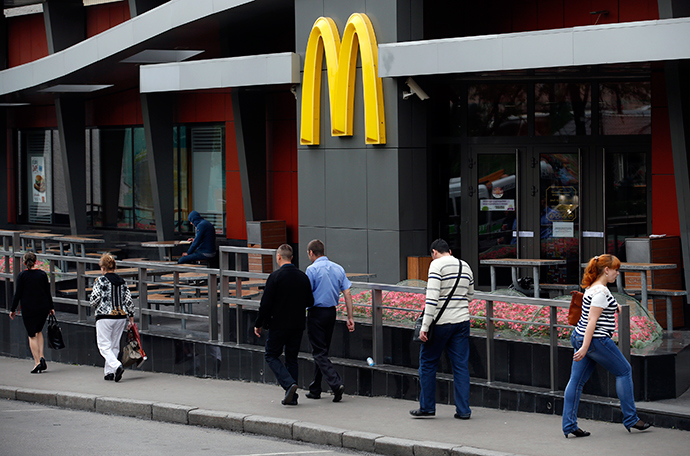 People walk past a closed McDonald's restaurant, one of several temporarily closed by the state food safety watchdog, in Moscow, August 21, 2014 (Reuters / Maxim Zmeyev)