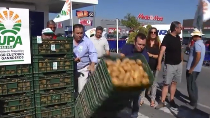 Russia food ban protest: Spanish farmers dump potatoes outside supermarket