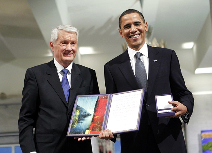 Nobel Peace Prize laureate, US President Barack Obama poses with his diploma and medal next to the Chairman of the Norwegian Nobel Committee, Thorbjoern Jagland (L) during the Nobel Peace prize award ceremony at the City Hall in Oslo on December 10, 2009. (AFP Photo)