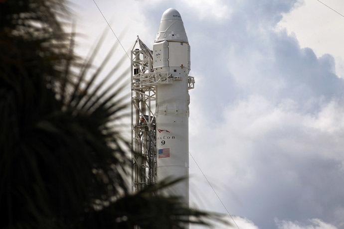 A SpaceX Falcon 9 rocket attached to the cargo-only capsule called Dragon sits on the lauch pad for a scheduled evening launch on October 7, 2012 in Cape Canaveral, Florida. (Joe Raedle/Getty Images/AFP)