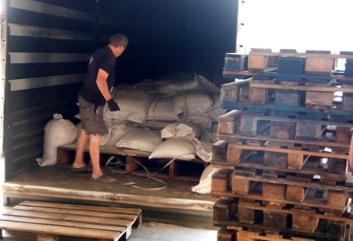Trucks with Russia's humanitarian aid for Ukraine's south-east are unloaded in Lugansk on August 22, 2014. (RIA Novosti / Igor Ermachenkov)