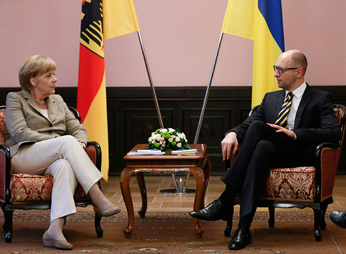 Ukraine's Prime Minister Arseny Yatseniuk (R) meets with Germany's Chancellor Angela Merkel in Kiev August 23, 2014 (Reuters / Gleb Garanich)