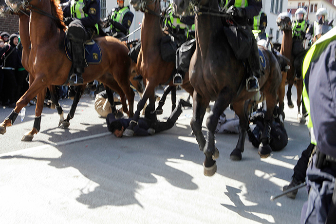 Protesters are seen below mounted police who are controlling a demonstration against an election meeting organised by right-wing political group The Party of the Swedes (Svenskarnas Parti) at a square in central Malmo, southern Sweden August 23, 2014 (Reuters / Drago Prvulovic)