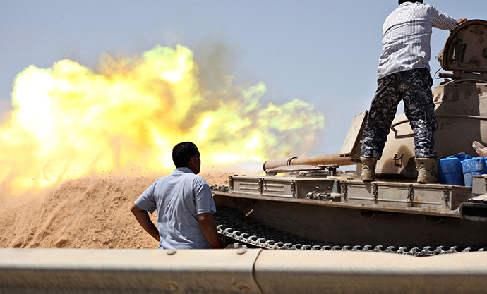 A tank belonging to the Western Shield, a branch of the Libya Shield forces, fires during a clash with rival militias around the former Libyan army camp, Camp 27, in the 27 district, west of Tripoli, August 22, 2014 (Reuters / Stringer)