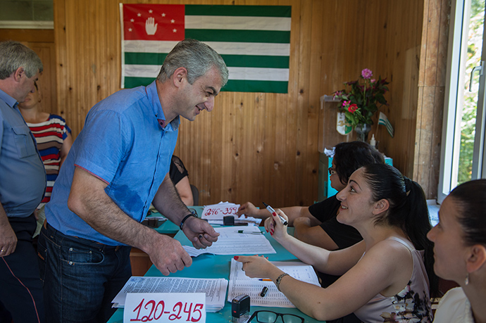 People vote at a polling station in the village of Tamysh during the Abkhazian presidential election (RIA Novosti / Mihail Mokrushin)