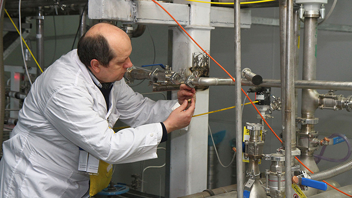 An unidentified International Atomic Energy Agency (IAEA) inspector disconnects the connections between the twin cascades for 20 percent uranium production at nuclear power plant of Natanz (AFP Photo / Kazem Ghane)