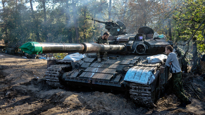 Ukrainian soldiers stand by a tank near the eastern Ukrainian city of Lugansk.(AFP Photo / Aleksey Chernyshev)