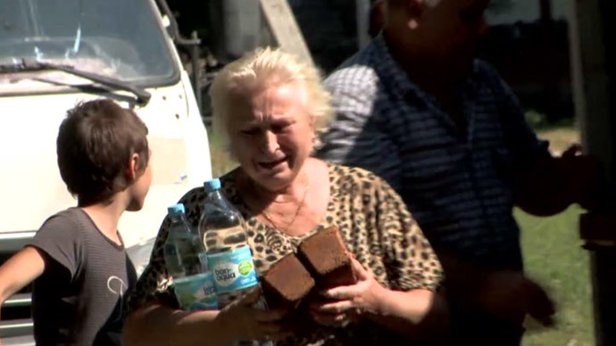 A local resident holds bread in the city of Yasinovata, Donetsk Region, eastern Ukraine (screenshot from RT video)