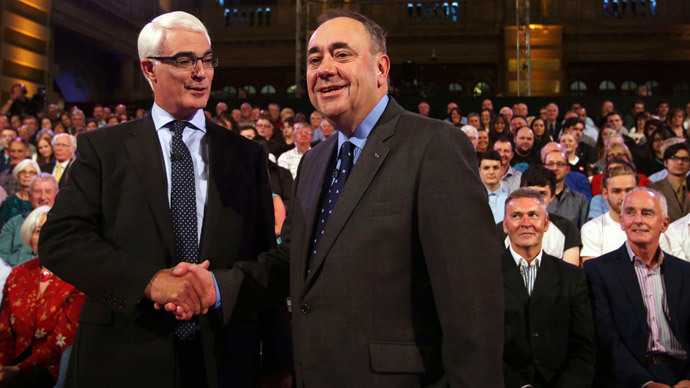 Better Together leader Alistair Darling (L) and First Minister of Scotland Alex Salmond shakes hands at the second television debate over Scottish independence at Kelvingrove Art Gallery and Museum in Glasgow August 25, 2014.(Reuters / David Cheskin)