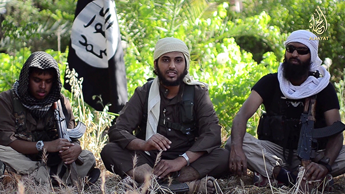 """An image grab uploaded on June 19, 2014 by Al-Hayat Media Centre shows Abu Muthanna al-Yemeni (C), believed to be Nasser Muthana, a 20-year-old man from Cardiff, Wales, speaking in an online video titled """"There is no life without Jihad"""" from an undisclosed location (AFP Photo / HO)"""