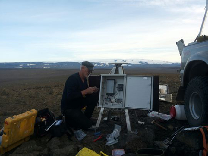 A new GPS station being mounted near Gjallandi, north of Vonarskaro. Baroarbunga in the distance. August 27, 2014. (Courtesy of Icelandic Met Office)