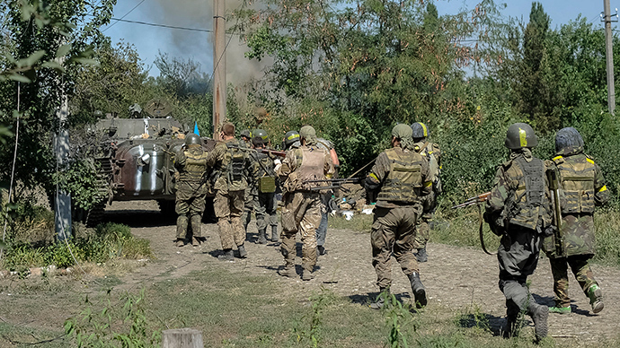 Ukrainian servicemen are seen during fighting with anti-goverment fighters in the eastern Ukrainian town of Ilovaysk August 26, 2014 (Reuters / Maks Levin)