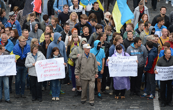 Protesters demand Ukrainian troops surrounded in the south-east of the country should be saved (RIA Novosti / Evgeny Kotenko)