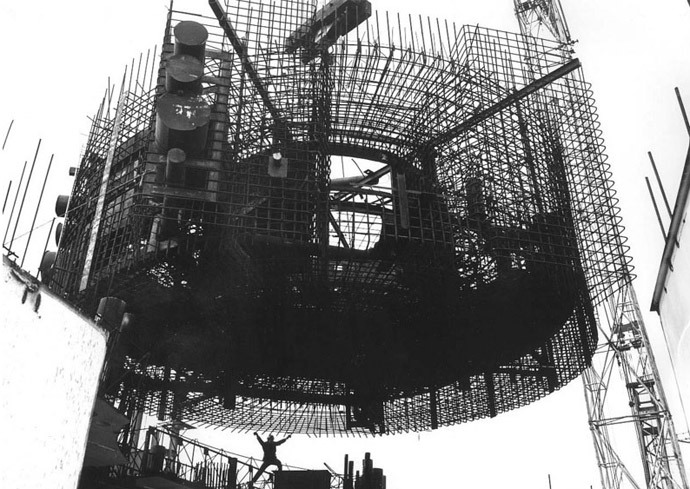 Installation of reinforced shell for the first reactor of Zaporizhia NPP to be filled with concrete, 1982. Photo from seogan.ru
