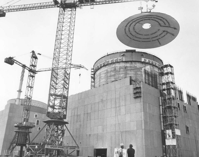Installation of reinforced protection dome atop the first reactor installation of Zaporizhia NPP, 1982. Photo from seogan.ru