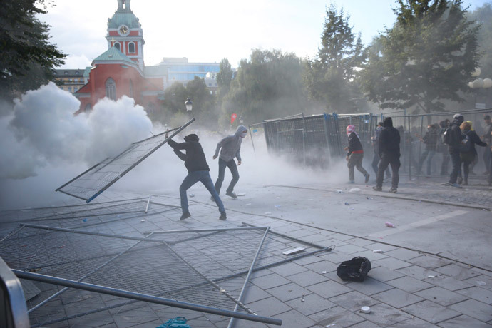 Demonstrators clash with the police during a protest against an election meeting organised by right-wing political group The Party of the Swedes (Svenskarnas Parti), at the Kungstradgarden square in central Stockholm August 30, 2014.(Reuters / Fredrik Persson)